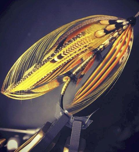 Denne laksefluen, designet av Ronny Hermansen, skal symbolisere innsamlingsaksjonen Goldenchild. Foto: privat