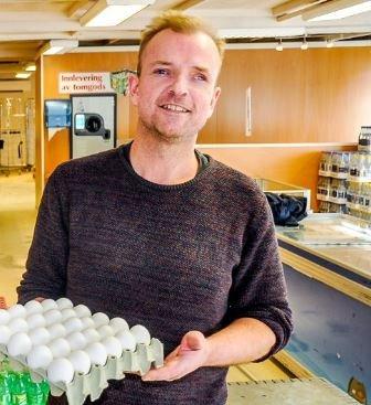 Lars Holene forsikrer at han ikke tenker på egen vinning når han ønsker at landets  største jordbrukskommune skal kjøpe råvarer fra lokale produsenter.