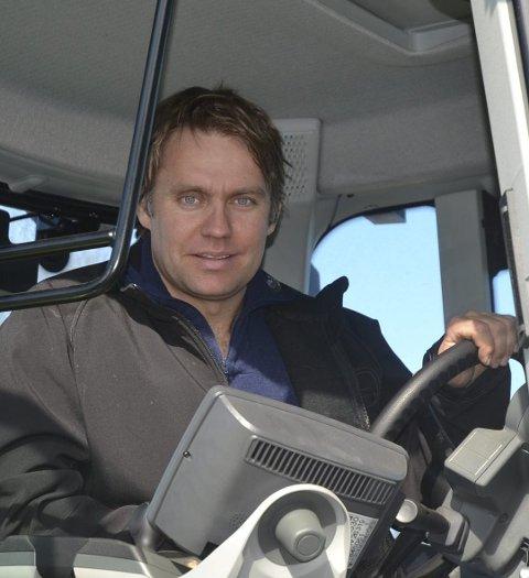 Klager ikke: Bonde Jo Poppe utvider kjøttproduksjonen på gården og setter opp to nye driftsbygninger.