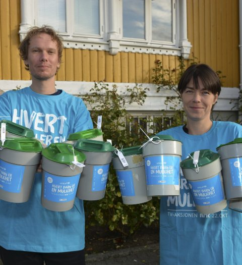 Ledig: – Er du ledig neste søndag trenger vi bøssebærere, sier Marius Schulze og innsamlingsleder i Kragerø, Tove Hjallum.