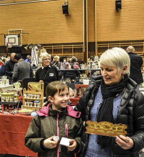 På Messe: Frida Hagen Burås (8) og Solveig Stensby var fornøyd med det de fant på bruktmessen i idretts- og svømmehallen fredag.Alle Foto: Mona Sandviken