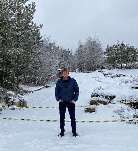 STRIDENS KJERNE: Her står Jørn Kristvik ved tilleggstomten som han og samboeren har har inngått avtale om kjøp med Våler kommune om . Men kommunen nekter å gjennomføre salget.