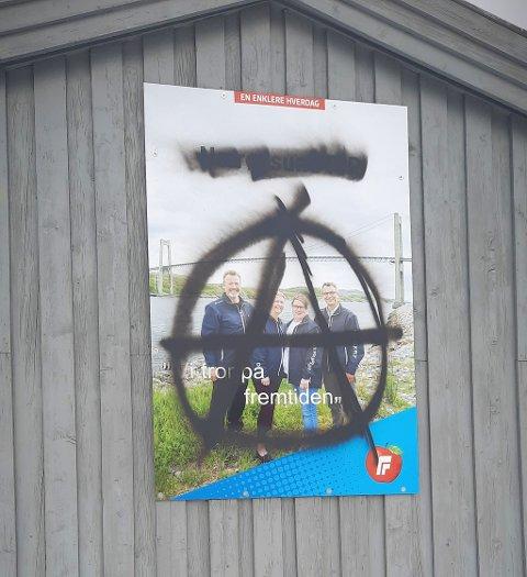 ANARKIST-TAGGET: Plakaten har hengt opp ved museumsbrua i Rørvik sentrum siden valget.