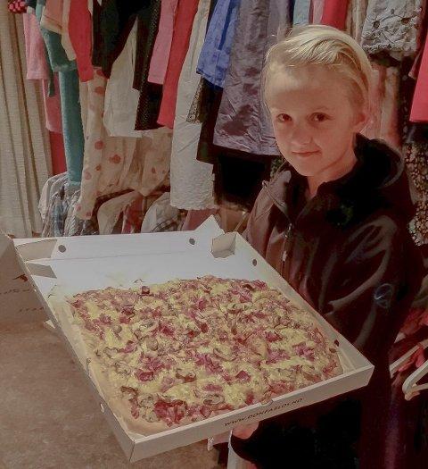 Serverte pizza: Adrian Bjørnerås (11) fra 4H i Askim serverte pizza til foreldrene fredag kveld.