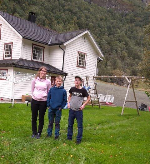 GLADE: Mamma Oddny Urnes og brødrene Einar og Jonas er glade for at dei no får fiber i heimen i Fortunsdalen.