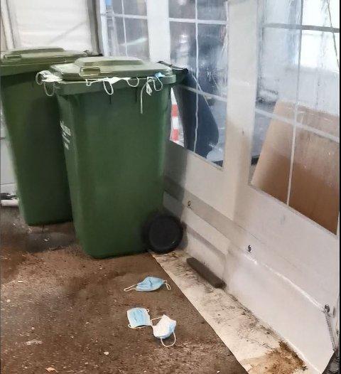 FULL: Per-Ivar Skattebo forteller at den ene søppelbøtten utenfor sykehuset var så full av munnbind at det rant over.