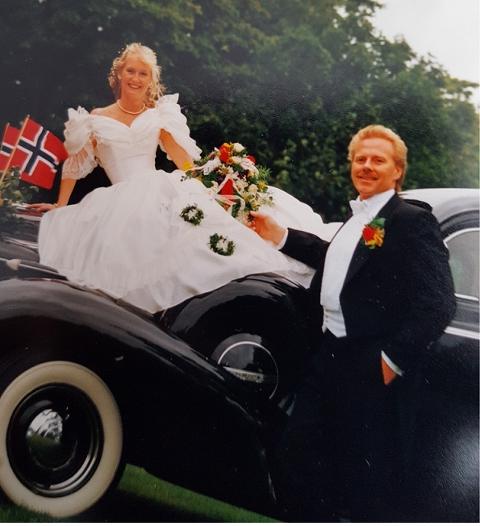 Tommy og Elin Schrøder mistet veteranbilen sin i brannen på Tindlund søndag. Her avbildet med bilen i 1994.