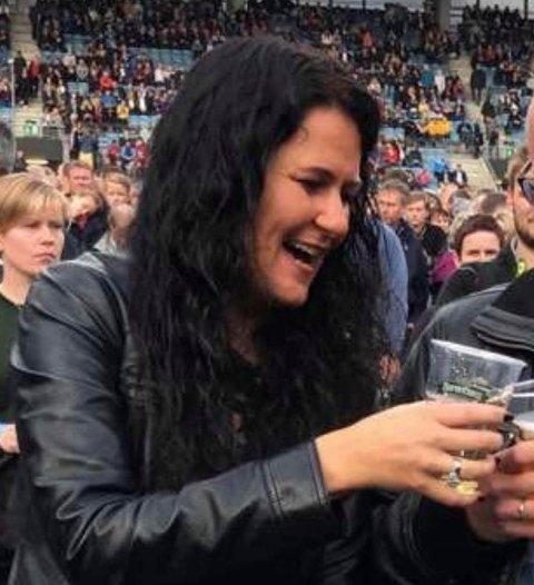 Grete Gåsland Gilje er glad i å gå på konsert. Dette bildet er tatt under Bon Jovi-konserten på SR-Bank Arena i 2019. Når Guns n' roses kommer til byen neste år, er Gilje klar som et egg.