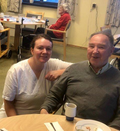 TRIVES: Aina Dynna har jobbet på Marka i 18 år og stortrives. Her sammen med Arvid Olsen fra Brandbu. I bakgrunnen ser vi Elna Bentestuen fra Nordre Brandbu.
