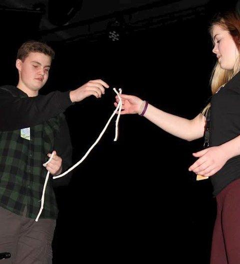 Tryllerier: Tryllekunstneren Mikael Lamo Johansen assistert av Sofie Skundberg.