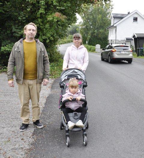 – TRYGGERE VEI: Petter Sørnæs og nabo Regina Laczò, her med datteren Lisa, sier mange kjører altfor fort i 30-sonen i Tunnelveien. FOTO: BJØRN TORE BRØSKE