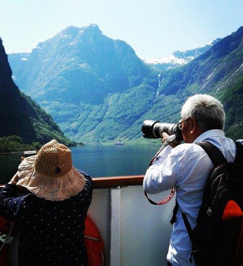 REISANDE: Trass 10.000 selde billettar i 2018 fekk Lustrabaatane AS aldri pengane sine. Bilete er frå ein tidlegare sesong av turistar på ferja i Nærøyfjorden.
