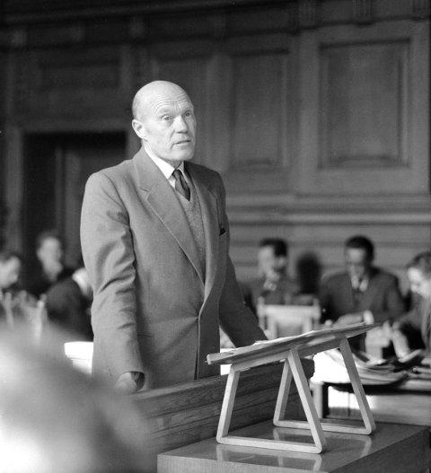 Mykle hadde mange tilhengere i det litterære miljøet. Tarjei Vesaas var en av dem, her under rettssaken i 1957. FOTO: Børretzen, Sverre A.