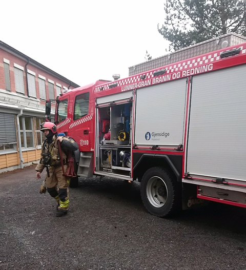 Èn bil: En brannbil rykket ut på en brannmelding på Lunner ungdomsskole fredag formiddag.