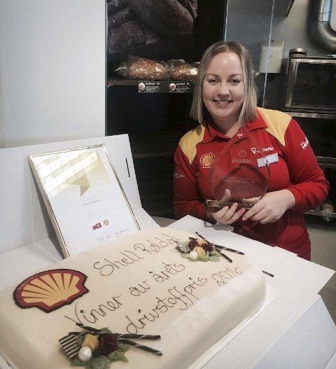 VINNARKAKE: Dagleg leiar for Shell Røldal, Marianne Turtveit (29) kan jubla. Ho styrer den Shell-stasjonen her i landet med størst auke i drivstoffsalet frå 2015 til 2016. – Det skuldast den svært gode sommarsesongen i fjor, seier Marianne.  Foto: Privat