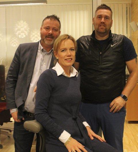 Ny stol: fv. Sverre og Ellen Løvold Strand vant stolen Ellen sitter på fra Tommy Sandmo og Jatakk kontor.