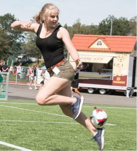 FOTBALL: Solveig Skaugvoll Foss har bakgrunn som fotballspiller. Hun stiller trofast til dugnad på Lyngdal Cup.