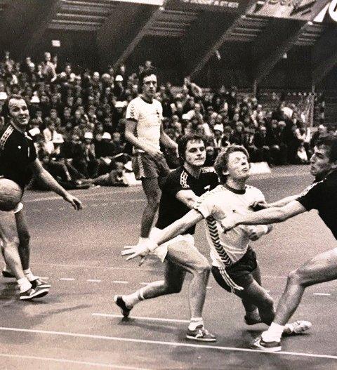 Spillere og ledere i Nordstrand Idrettsforening lyser fred over minnet til håndballspiller Finn Aage Stenberg. Foto: NIFs arkiv