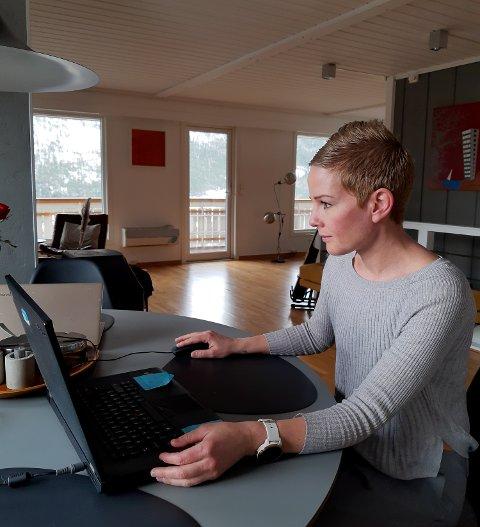 Veronika Wolf følger opp elevene sine fra hjemmekontor på Otta. Foto: Privat