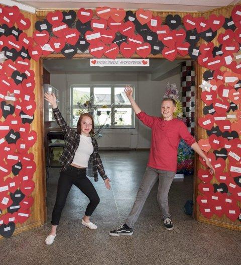 Hjerteportalen: Pryder inngangspartiet til Kvelde skole. Her med Kristoffer Rodal (14) og Celina M. Jærson (14).