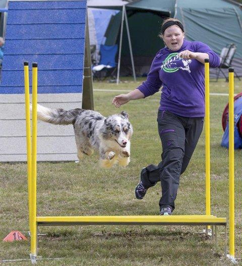 Marthe Tretli Brørby i aksjon med hunden Crazy.