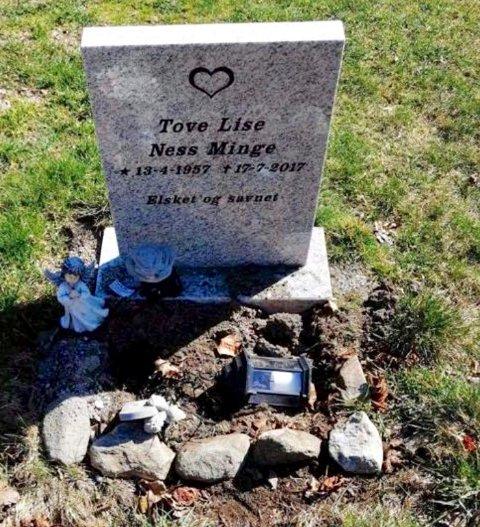 SKADEVERK: Blomster er revet opp og pyntegjenstander knust og stjålet fra hvilestedet til Tove Lise Ness Minge. Flere andre gravsteder ved Tune kirke skal være utsatt for det samme.