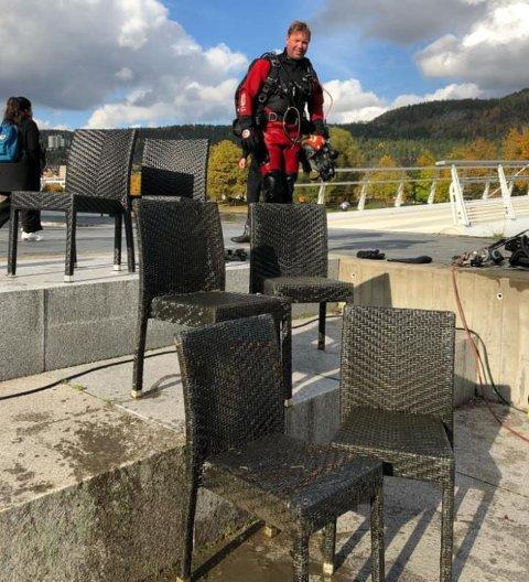 Brannvesenet la denne uken ut dette bildet. Bildet viser funn som brannvesenet gjorde på elvebunnen i Drammen – og stolene har nå kommet til rette hos eier.
