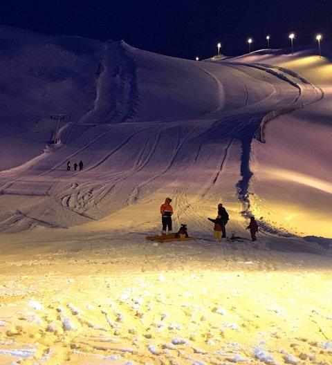 Det er populært å bruke alpinbakken i nordvågen som akebakke.
