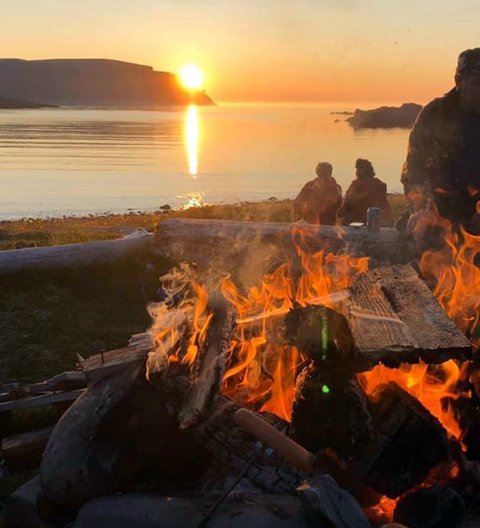 Fra Mefjorden har du utsikt rett til Nordkappfjellet. Utrolig vakkert.