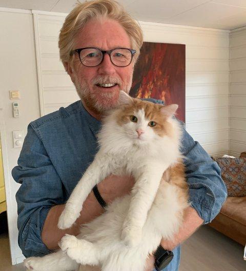 KEISAMT HEIME: Mio, katten til Kai Aage Pedersen og sambuaren, har skaffa seg ein hobby når han er aleine heime. Her saman med matfar.