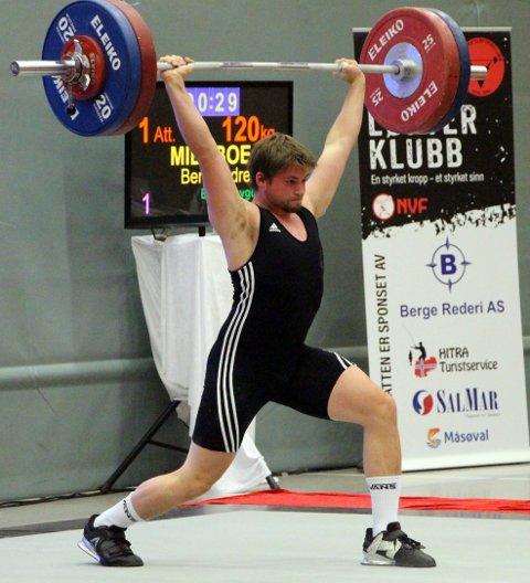 LETT: Bent André Midtbø (20) frå Svelgen tok gull i junior NM i vektløfting på Hitra denne helga. Her i første forsøk i støt på laurdag.