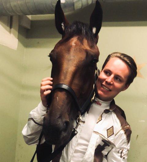 DRØM: Vemund Madsen Drolsum (21) forteller at det er en drøm å bli tatt ut til norsk derby. Her er han etter kvalifiseringsløpet sammen med hesten Cry Wolf.