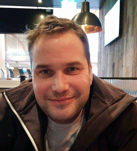 REAGERER: Daniel Pedersen fra Alta reagerer på at selgere som representerer Signal Bredbånd prøver å presse dem til å binde seg for 12 måneder, og at det ikke lar seg gjøre å bare  abonnere på nett og ikke tv.