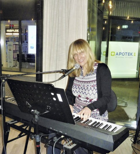 Det handlet mye om kjærlighet: Svenske Mona Nylin sang blant annet kjærlighetsviser fra sin siste cd «Hela vägen hem». Foto: Vita Elise Thorup Eliassen