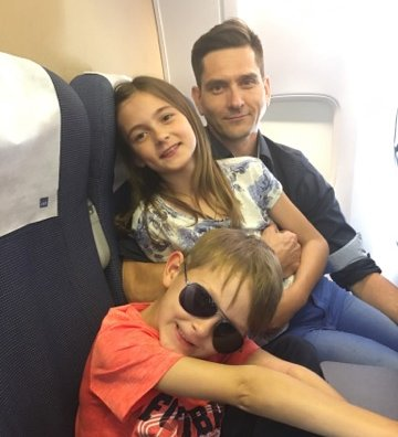 ENDELIG: Til slutt kom familien seg på et fly - til Stockholm. En liten omvei til Split i Kroatia. Fra venstre: Emrik, Frøya og pappa Bent Erik Bjørkli.