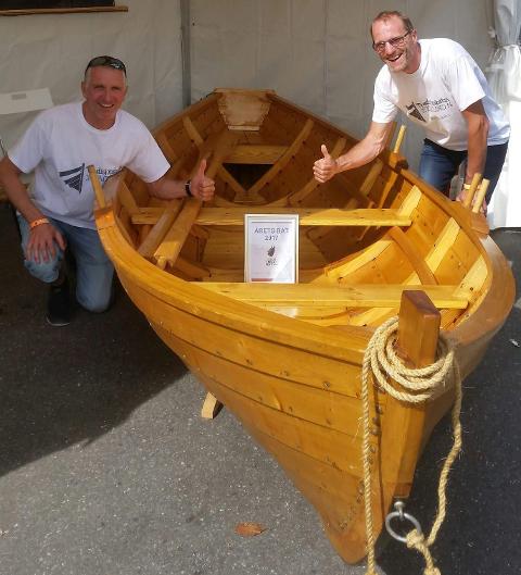 STOLT: Svein Joten (tv) og Trond Håvard Joten frå Sømådal i Engerdal viser stolt fram beviset om at Femundbåten er blitt kåret til årets båt under Risør Trebåtfestival. Foto: Privat