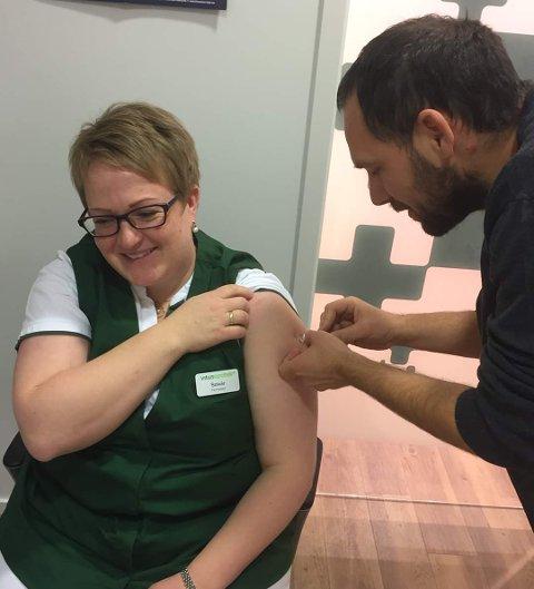 Her er det apotekbestyreren sjøl, Solvår Kverneng Evavold, som får influensavaksine av farmasøyt Ivan Ivanovic.