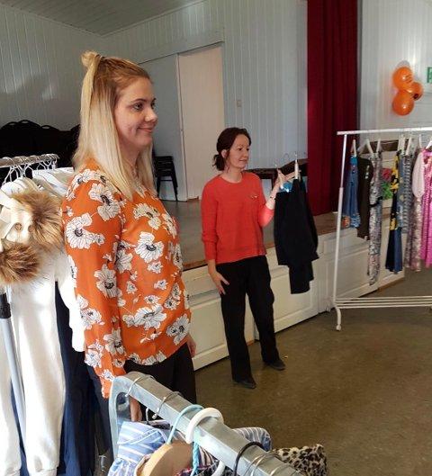 AUKSJON: Anette Opperud og Maiken Mortensen auksjonerer bort genser og skjørt fra IBEN.