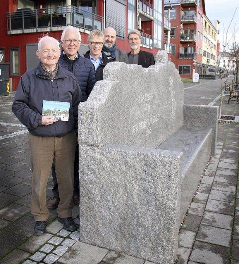 SKULPTURFRELST: Tor Hernes (t.v.) viser sammen med Kjell Hagen, Tom Willy Prangerød, Trond Arne Vangen og Jan De Vibe fra den ferske boka ved siden av en av byens nyeste skulpturer.