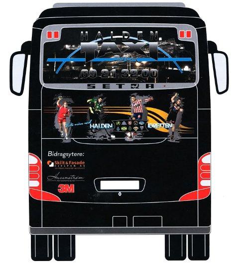 LOKALT: Fire idrettsutøvere fra Halden-lag ses på tre av sidene på bussen.