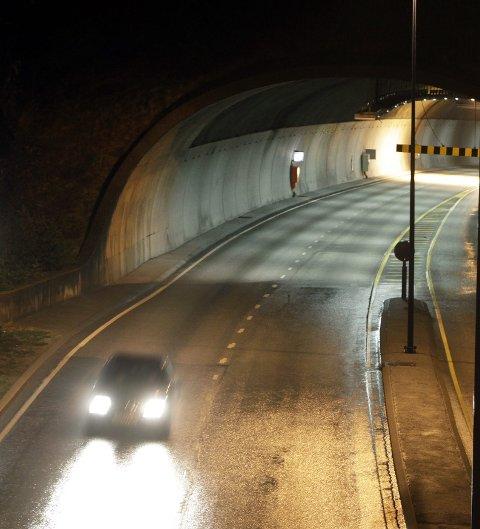 NY: Bømlafjordtunnelen har for bratt stigning i forhold til dagens krav. Når E 39 skal bli firefeltsvei, vurderer Vegvesenet at det trolig må bygges en ny tunnel under fjorden. Arkivfoto: Grethe Nygaard