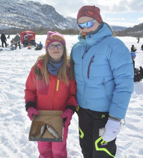 PÅSKETRADISJON: Vilde (9) og Eline (15) Ulvestad hadde i år større fiskelykke enn i fjor, men det holdt ikke til en topplassering i årets isfiskekonkurranse på Mathisvannet i Alta.