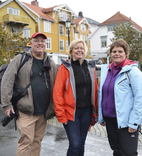 Globetrotter: Gary Arndt har besøkt 120 forskjellige land. Denne uka startet han sitt første Norgesbesøk i Kragerø. Her er han sammen med Kristin Rangnes (i midten) og Janna Pihl.