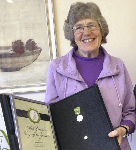 Lang og tro tjeneste: Sigrid Aalandslid med medaljen for lang og tro tjeneste, det håndfaste beviset på hennes 50 år på samme arbeidsplass.