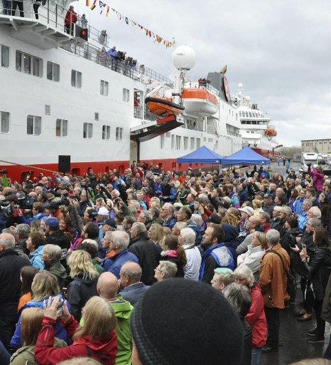 I juni ble det registrert godt  over åtte tusen passasjerer over kai i Svolvær til og fra Hurtigruten