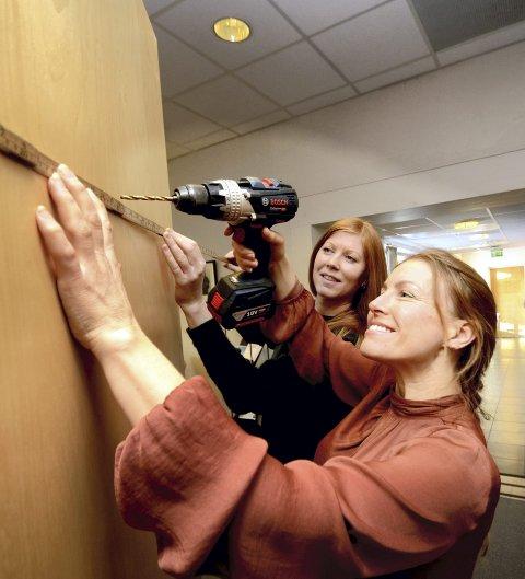 Kurs: Linda Aaboen og Torunn Kveen i Studieforbundet kultur og tradisjon førebur seg på kurs. Dei oppmodar alle norddølar til å nytte sjansen til å lære noko nytt.