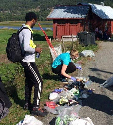 PLASTAKSJON: Elever fra Dokka videregående skole samlet store mengder plast under en ryddeaksjon i Dokkadeltaet nylig.
