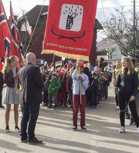 Flaggtog: Elevene gikk i tog med flagg fra alle 33 nasjonalitetene under skolens åpne kveld.