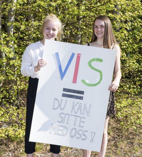 «du kan sitte med oss»: Står det skrevet ved inngangen til Ra ungdomsskole. F.v.: Sofie H. Wallin (15) og Anne Thea Holslien (15).