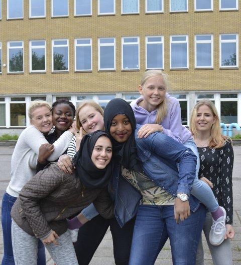 Samhold skaper trivsel: F.v.: Sofie A. Mangelrød, Lumiere M. Kalombo, Mari H. Lie, Aya Shaban, Muna Abdi, Elise Aske, Nathalie S. Handberg og Samad Colhayee.